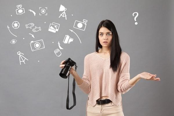 質問する女性の写真